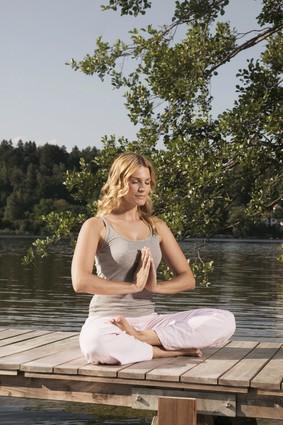 Meditierende am Steg